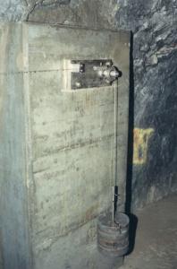 gespannter Draht mit Gewicht (Quelle: Schweizerisches Talsperrenkomitee, 2005, 2.10)